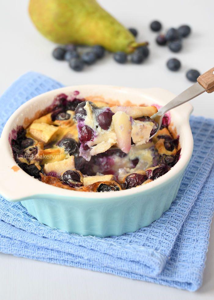 Een heerlijk dessert dat je nog warm serveert: peer-blauwe bessen clafoutis. Stel je een soort pannenkoek voor met heerlijk fruit, eventueel met ijs erbij.
