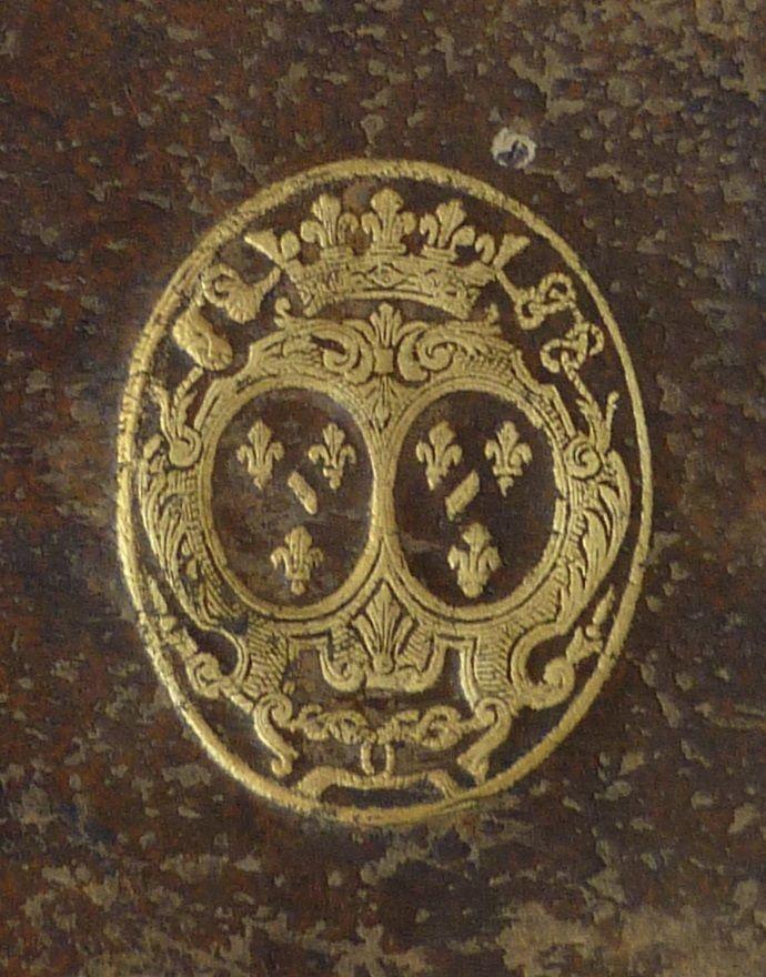 """23- Livre aux armes de Mlle de Nantes.- § LOUISE-FRANCOISE DE BOURBON: .. plutôt que de faire un enfant à son épouse. Sa fille aînée, Marie-Anne-Eleonore avait hérité de la """"folie des Condé"""", que l'épouse du Grand Condé, Claire-Clémence Mailly, avait fait rentrer dans la famille et on disait la princesse cruelle et fort méchante. Louise-Anne passait pour avoir épousé secrètement le duc de Richelieu et être rentrée la 1° dans le lit de Louis XV. En 1722, Mlle de Vermandois, qui était au ...."""