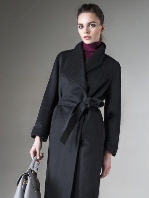 """Элегантное пальто прилегающего силуэта, выполненное из мягкой ворсовой ткани глубокого черного цвета. Изделие имеет длинный втачной рукав, ассиметричный воротник """"апаш"""" , застежку на кнопки и пуговицы и пояс из основной ткани.  Декорировано тамбурным швом. Модель выполнена с мембраной Raft Pro. Современная и актуальная модель поможет Вам оставаться на пике тенденций в этом сезоне., арт. 1016820p10099, состав: Основная ткань: шерсть 95 %, нейлон 5 %; Подкладка: полиэстер 55 %, вискоза 45 %;"""