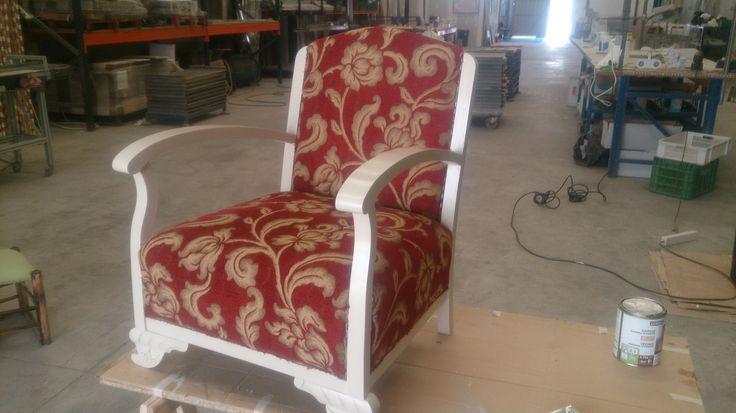 Sillon vintage pintado en blanco roto y tela vintage roja y dorada