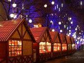 Winterwelt und Weihnachtsmarkt am Potsdamer Platz Auf dem Weihnachtsmarkt am Potsdamer Platz werden unter anderem sportliche Attraktionen wie eine Rodelbahn, eine Eisbahn oder das Eisstockschießen aufgebaut