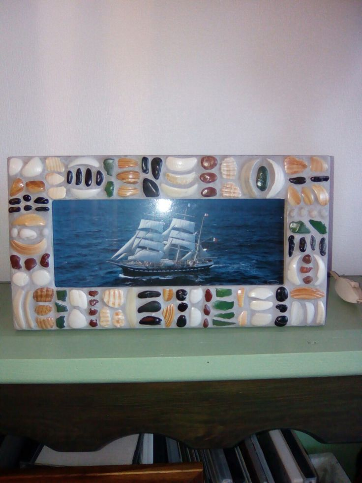 Cadre réalisé avec éclats de coquillages, Galets, sea glass.