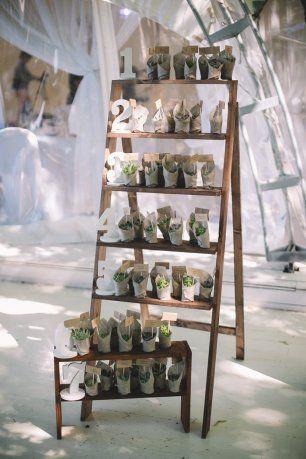 План рассадки на свадьбе и бонбоньерки для гостей в эко-стиле