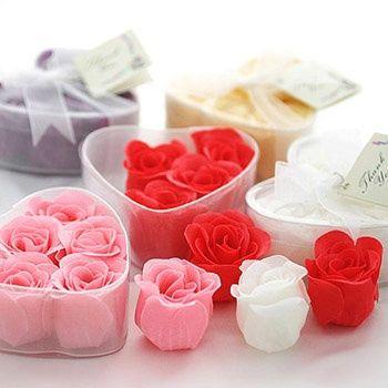 sabonete em formato de pétala de rosa são clássicos para casamentos