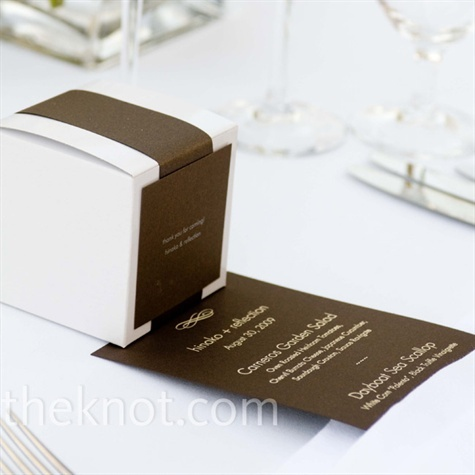 Keeping with the tomato theme, Hinako made tomato-scented candles for guests. They were packaged in white boxes wrapped with brown ribbon to match the color palette.