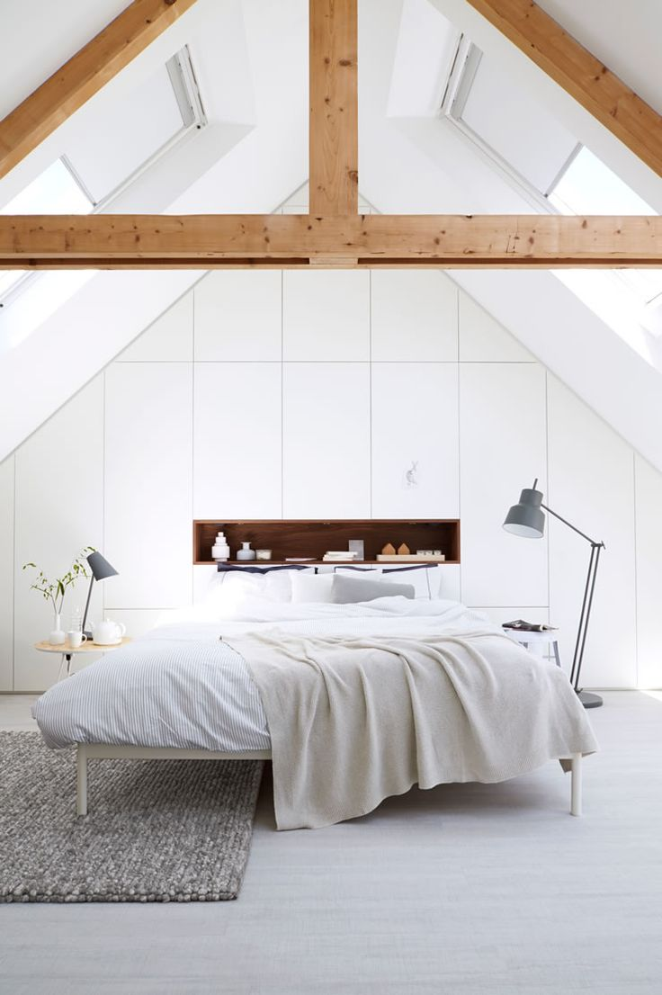 Schlafzimmer in Weiß mit dekorativen Holzträgern