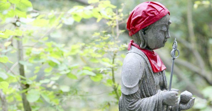 """Creencias y principios de la religión sintoísta. Shinto, o el sintoísmo, es una antigua religión japonesa que comenzó aproximadamente en el 500 aC. No tiene fundador, credo oficial o texto sagrado, pero ha logrado perdurar a lo largo de los años. La palabra """"shinto"""" no fue introducida en Japón hasta el siglo 6 d.C. La palabra fue desarrollada con el fin de separar las creencias tradicionales ..."""