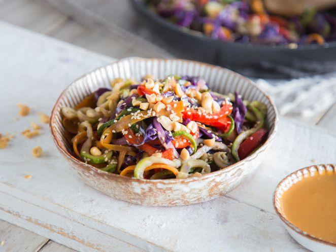 Völlig durchgedreht: Bunte Gemüsenudeln mit Sesam-Erdnuss-Sauce