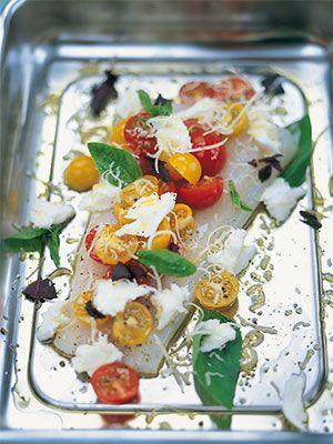 Рецепт «Печеная треска с помидорчиками черри,  базиликом и сыром моцарелла» из книги «Счастливые дни с Голым поваром» Этот рецепт из раздела «Блюда из рыбы». #recipe #jamieOliver #oliver #cookbooks #cookbooksru