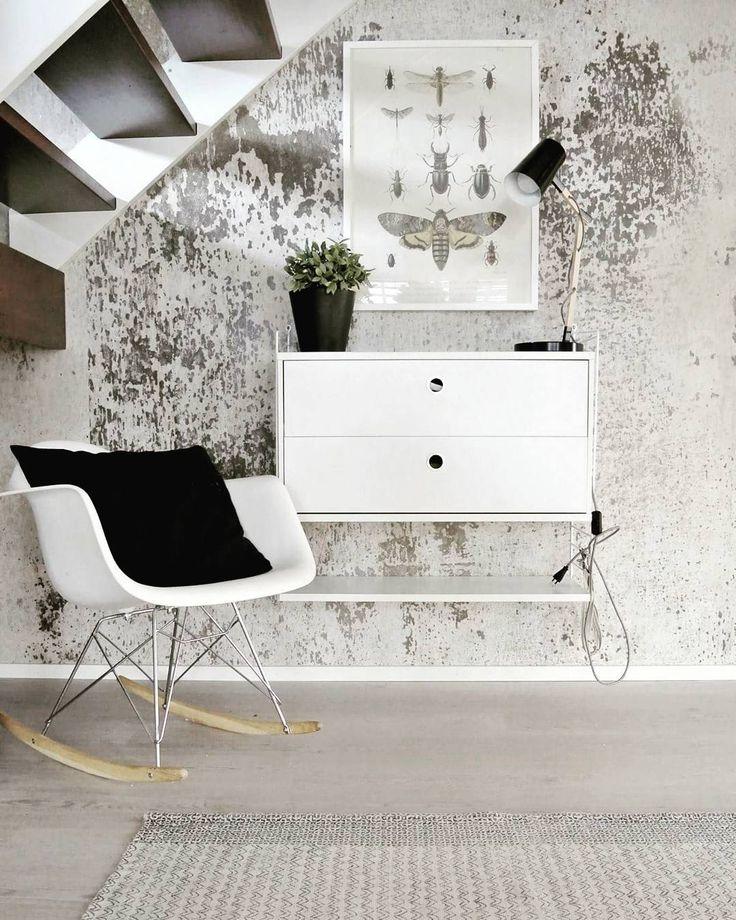 Portaikon alla olevan seinän tekstuurit nostavat String säilytyskalusteen ja Eames keinutuolin näyttävästi esiin