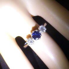 Engelse ring met 3 stenen, bezet met 2 diamanten ca. 0,40 ct en een royaal diepblauwe saffier ca 0,50 ct