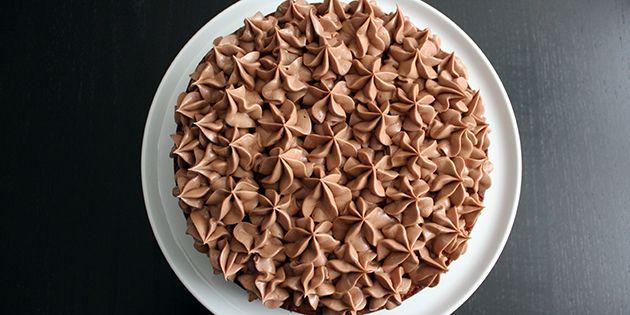 Voldsom lækker og svampet banankage med den skønneste creme af Nutella. Kagen er også fyldt med stykker af mørk chokolade, der giver en dejlig knasende fornemmelse.