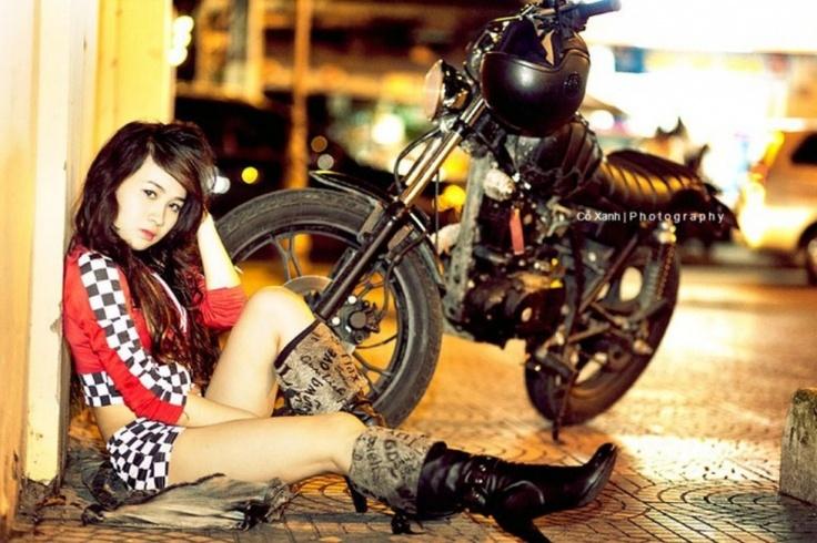 Hotgirl beside moto  http://hotrungtruc.blogspot.com
