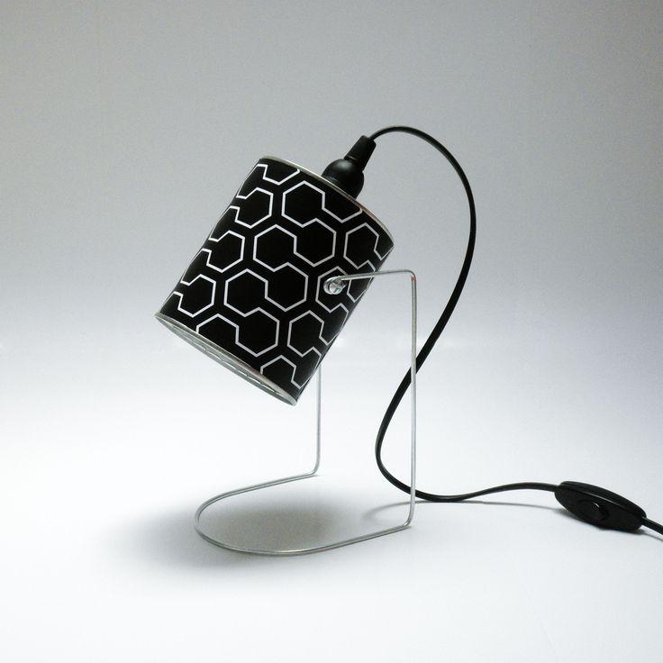 Lampe à poser à partir d'une boite de conserve motif hexagonal noir et blanc 70s : Luminaires par mr-and-mrs-bin