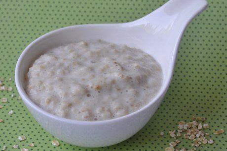 Bei diesem Rezept für Porridge aus der Mikrowelle werden Haferflocken, Milch, Wasser und Zucker verrührt und im Mikro gekocht.