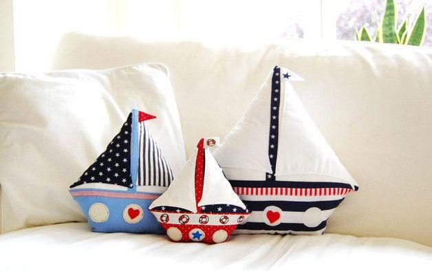 **Dein Segelboot zum Selber nähen!**  Du erhältst die Näh-Anleitung für ein kuschliges Segelboot, das du ganz nach Wunsch nähen und gestalten kannst. Es sind drei verschiedene Segelboot-Größen im...