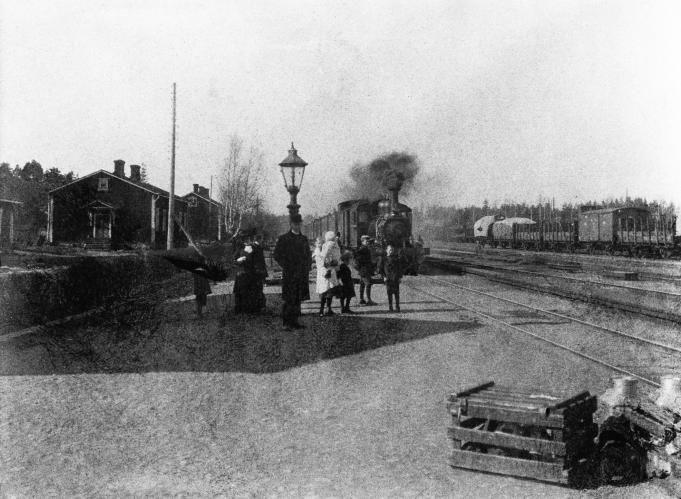 Juna saapuu Pasilan vanhalle asemalle. Postikortti 1900-luvun alusta.