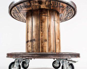 Producto de upcycling. El carrete de cable industrial vintage fue pulido para arriba y convertido en una mesa con ruedas. Dos de los cuatro roles se determinan para fijar la tabla. El anillo de acero fue cepillado. Los listones de madera constan de varias coníferas. Pulido y barnizados para un acabado brillante. Por el final, la tabla es ideal como mesa de jardín o terraza. H 620 diámetro 710 Nota: cabe destacar, que usamos materiales naturales. El grano y la textura de cada madera es…