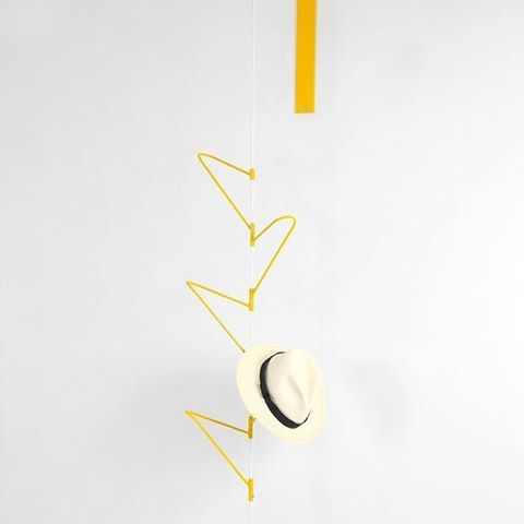 Um lugar para pendurar roupas, bolsas, chapéus e objetos é sempre bem-vindo dentro de casa. Foi pensando nisso que criei o Cabideiro Giro, que é praticamente um móbile, uma escultura suspensa. Em 2004, ele recebeu o 2º lugar na categoria utensílios do prêmio Design do Museu da Casa Brasileira.    #cabideirogiro #alfiolisi #verasantiago #agenciadedesign #cabideiro #designbrasileiro #design  @agenciadedesign