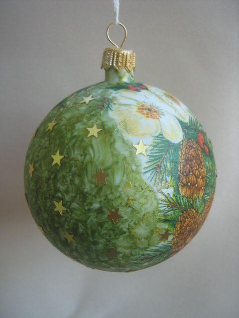 Plastikowa bombka, ręcznie malowana i ozdabiana aplikacją z serwetki oraz połyskującymi gwiazdeczkami.