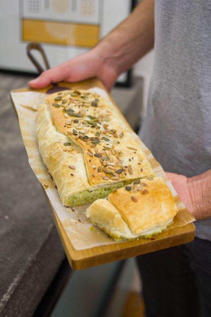 Quanto ci piacciono i broccoli! Abbiamo cucinato paste, risi e sformati, li abbiamo bolliti, cucinati al forno o saltati con la salsiccia eppure non avevamo mai pensato di utilizzarli in una torta salata. Così abbiamo pensato a questo Strudel salato ripieno di broccoli, patate e squacquerone. È davvero semplice da preparare e se preferite lo...  Leggi tutto »