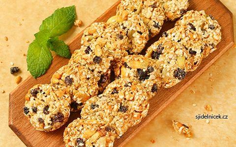 Domácí ovesné sušenky s ořechy, semínky a sušeným ovocem