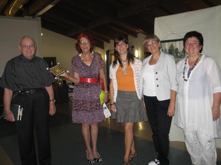 Presso la APSP di Taio, inaugurazione della mostra i colori della vita: don Fiore, consigliera Caterina Dominici, insegnante Bergamo Alessia,la presidente Daria Demagri, l'atelierista Marina Argenti.