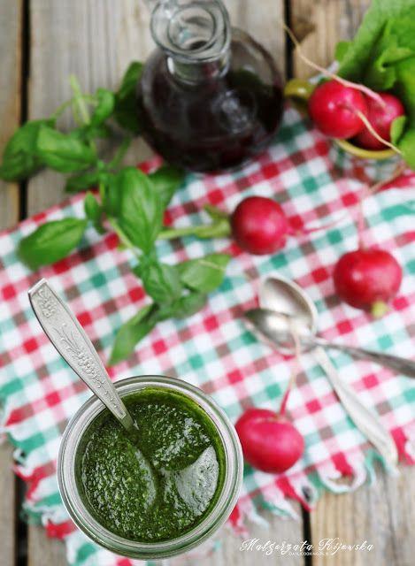 Jak zrobić pesto z liści rzodkiewki? Najlepszy sposób na pyszne i oryginalne w smaku pesto.