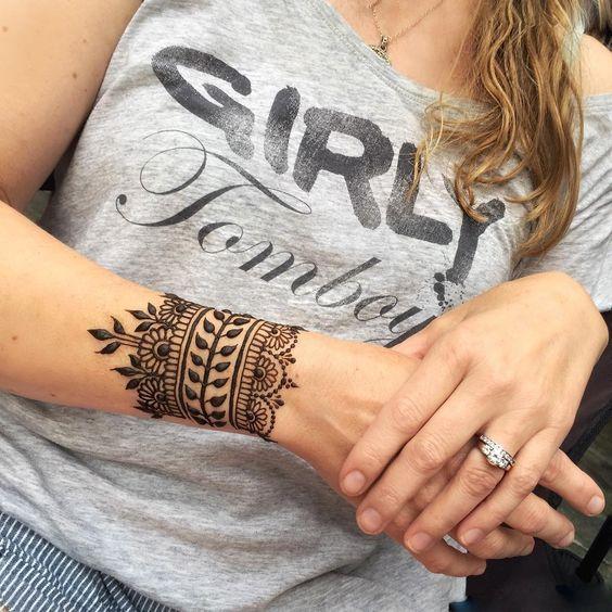 """Tatuajes de henna Galería de las mejores imagenes de tatuajes de henna Los tatuajes de henna son temporales ya que no se realizan mediante agujas ni dañan la epidermis, sino que se dibujan únicamente sobre la capa superior de la piel con un producto de pasta de henna, mediante un proceso que se denomina """"Mehndi"""". Los tatuajes de henna"""