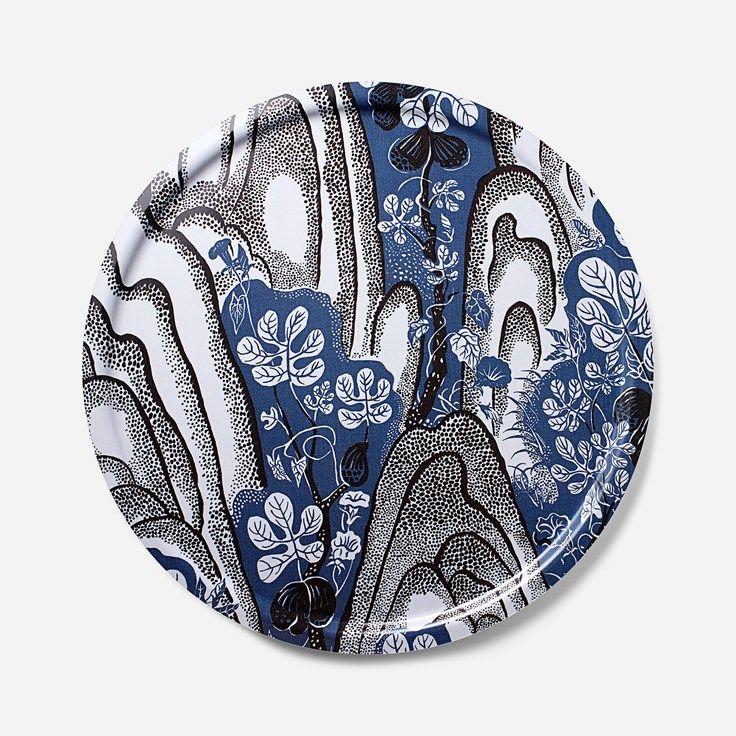 Svenskt Tenns klassiska brickor finns i flera färgstarka mönster av Josef Franks och Estrid Ericson, bland annat mönstret Rox & Fix. - Bricka Rox & Fix, 65 cm, Rox & Fix, Rund, Josef Frank/Svenskt Tenn