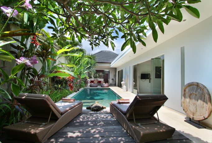 #KolamRenang modern dengan #TanamanTropis