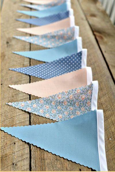Moeite met het vinden van decoraties in jouw kleuren? Deze slinger maak je makkelijk zelf met de stofjes van jouw keuze.