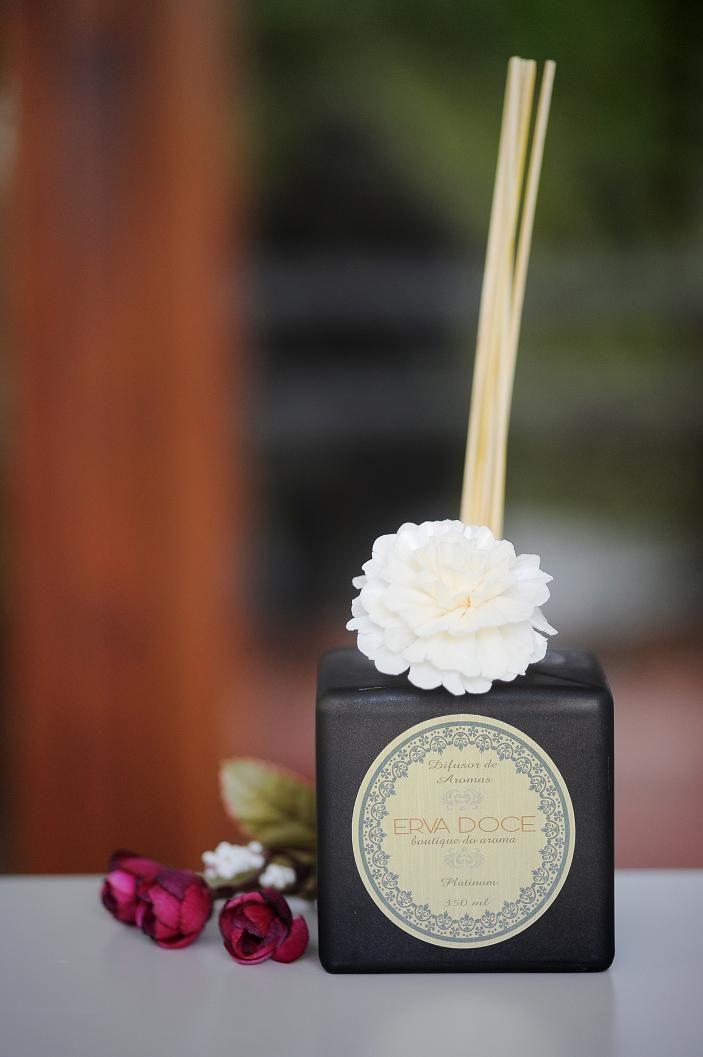 Difusor aromático vidro âmbar fumê. Aromas de Jasmin, Vanily e Plátinum (floral cítrico amadeirado). Por R$ 119,00.