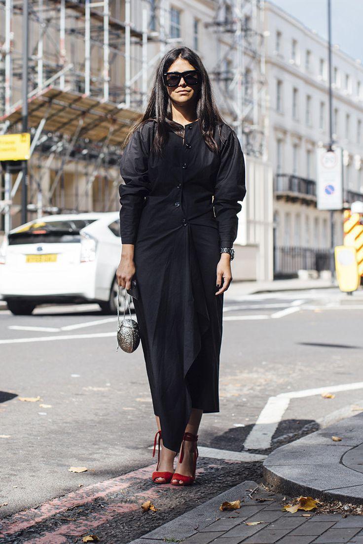 Серый твид, пальто в клетку, тренчи, кеды и авоськи на улицах Лондона | Журнал Harper's Bazaar
