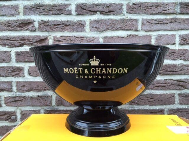 Moët & Chandon Champagne kom voor meerdere flessen  Nieuw in de doosZwarte hoogglans Moët & Chandon Champagne koeler gemaakt van metaal.Koeler is nooit gebruikt en wordt geleverd met de originele doos van vervoer.Embleem is gegraveerd die geeft het een luxe uitstraling.Eye-catcher voor elk privé partij strand.Toon flessen zijn niet in deze verkoop.  EUR 70.00  Meer informatie