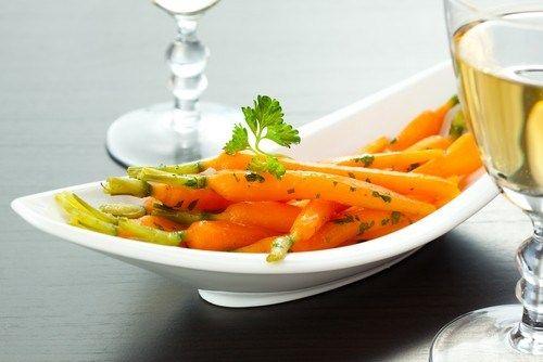 Жареная молодая морковь в апельсиновом соусе с кумином