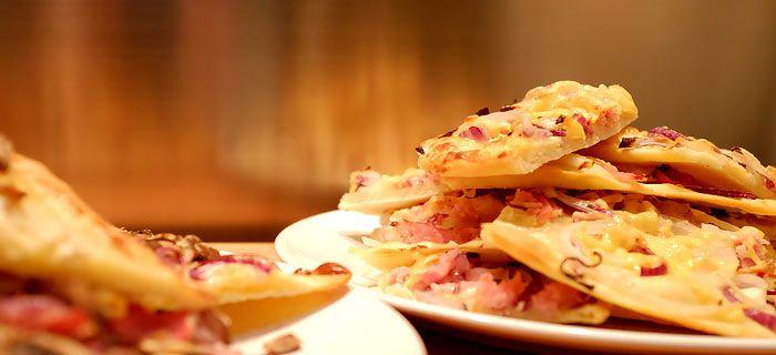 Met dit recept bereid je de traditionele Duitse Flammkuchen. Ook heb ik een variant voor je met Coburgerham en champignons. Makkelijk en érg lekker!