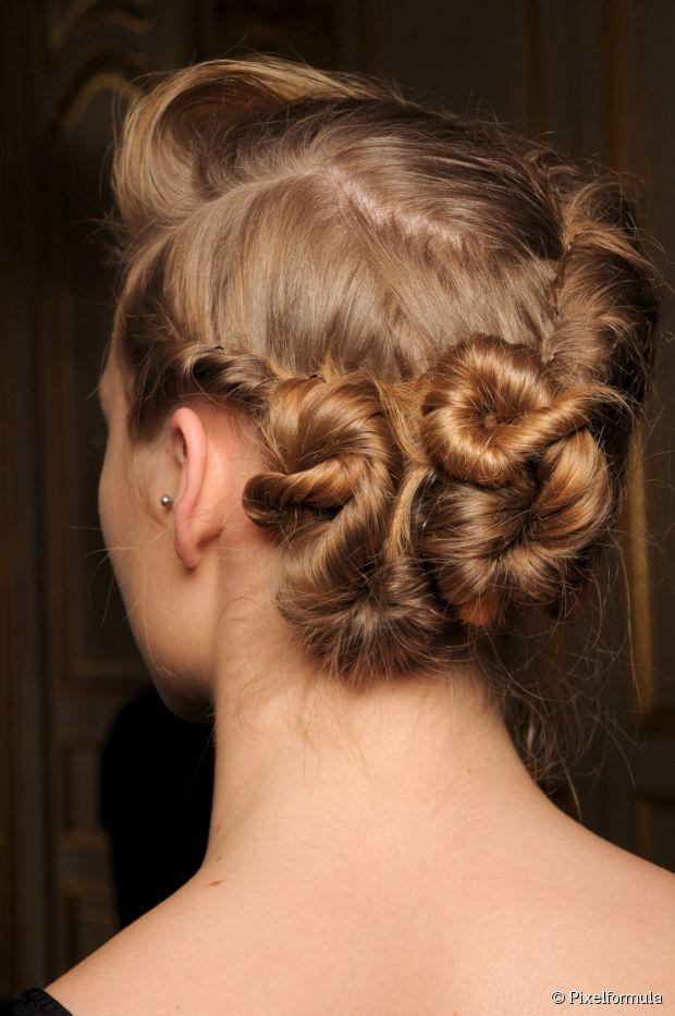 Para obter um penteado com mechas torcidas como este, é preciso ter uma grande quantidade e volume de cabelo