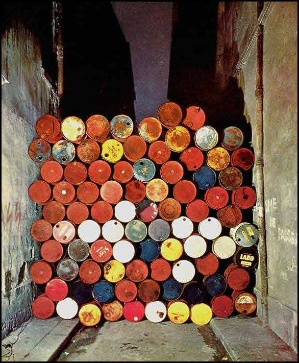 Christo mur de barils 1962 Happenings dans la rue Visconti