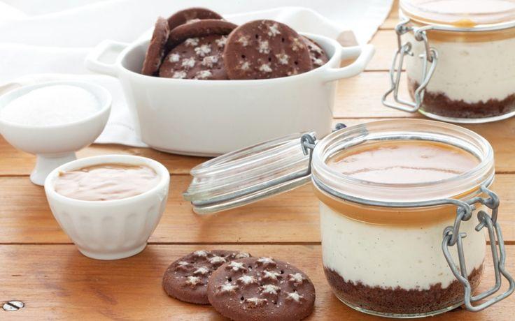 Cheesecake in barattolo con biscotti, ricotta, yogurt greco e caramello salato