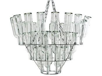 Modern Dutch Design, een goed thema lijkt mij zo voor een Modern Dutch Company. De kroonluchter van wijn/melk flessen. Mooi voor boven de grote vergadertafel of de gele bouwsteigertafel