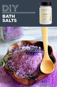 Sels de bains faits maison. Dans un bol en verre, mélanger délicatement le sel d'Epsom et les bourgeons de lavande séchées. Le sel d'Epsom est composé de cristaux qui exfolie la peau en douceur. D'autres utiisations sur le site. Voir une autre photo : http://lh3.ggpht.com/-3EYoxs-_PQ8/UQI59OI0mwI/AAAAAAAAKOI/J2__vEfCIKs/Dual_thumb%25255B4%25255D.png?imgmax=800