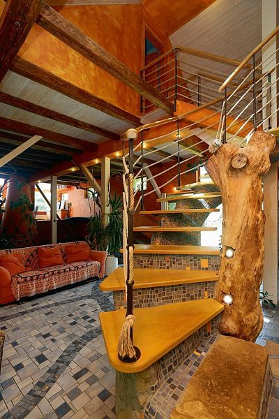 Kmen staré třešně doplněný bodovými světly tvoří centrální pilíř schodiště.