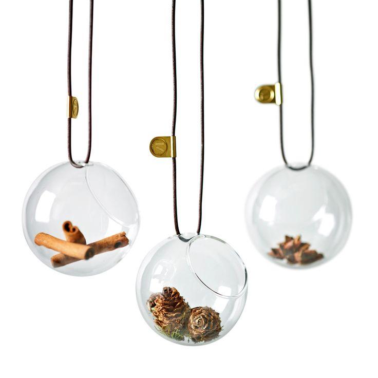 Gruppenabbildung der SeeMee Glaskugeln in Transparent mit Weihnachtsdeko von Menu. Die Christbaumkugeln verschönern jedes Ambiente und können auch nach Weihnachten mit kleinen Deko-Artikeln bestückt werden. Die Kugeln bieten mit 8 cm Durchmesser genug Platz für Kreativität. Deko ist nicht im Lieferumfang enthalten!