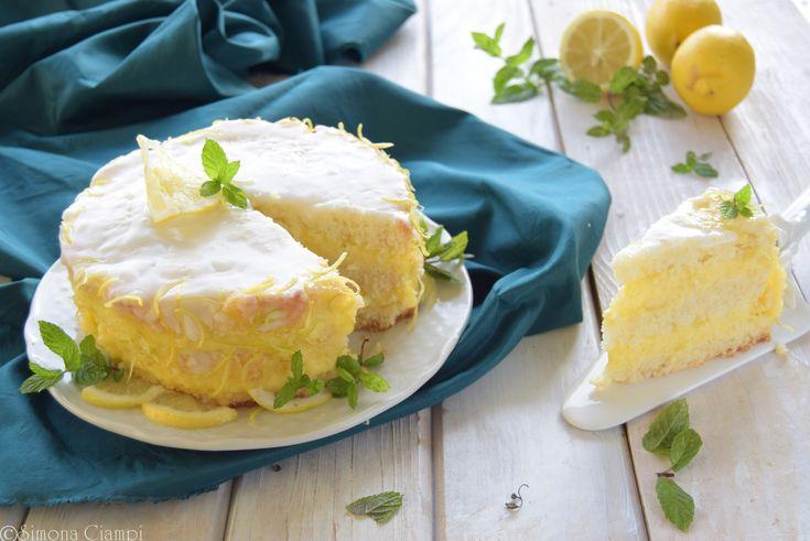 Torta al limone soffice, con una base morbida fatta di albumi che non necessita di bagna, una crema pasticcera con succo di limone
