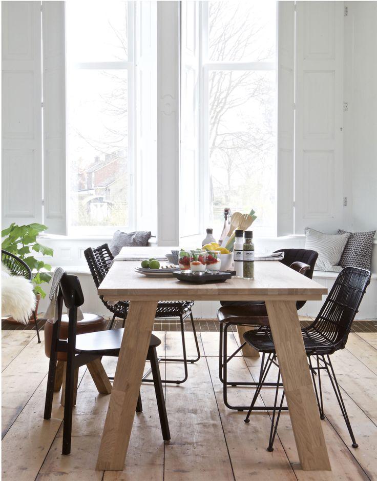 Een heerlijk cosy momentje thuis is vaak aan de eettafel. Deze royale massief eiken eettafel leent zich daar perfect voor.