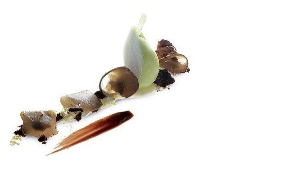 Pera | Una base de yogur de levadura, toffee de vainilla y café con nuez  frita y salsa de cacao. Bizcocho tibio de chocolate, pera-mi y falso  tartufo. #AlbertAdria #NaturaBook #dessert