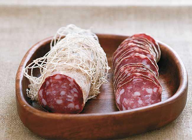 Un pas à pas pour préparer chez soi le fameux saucisson : la rosette de Lyon.