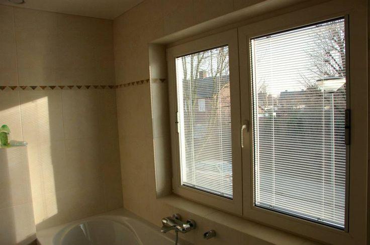 badkamerraam met luxaflex in het glas verwerkt (nooit meer schoonmaken). Informeer naar de prijzen.