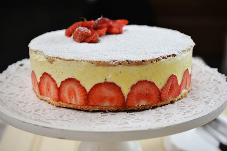 Sofie met een korstje: amandelbiscuit met vanillecrème en aardbeien